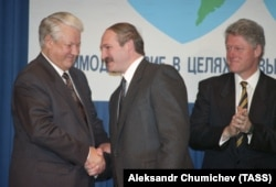 Belarusian President Alyaksandr Lukashenka (center) with his American and Russian counterparts, Bill Clinton (right) and Boris Yeltsin, shortly after he came to power in 1994.