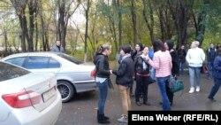 Ольга Пак (солдан екінші) сот ғимараты алдында тұр. Қарағанды, 3 қазан 2016 жыл.