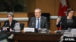 Борис Вжесневський (посередині) під час головування в комітеті з міграції та громадянства. Липень 2016 року