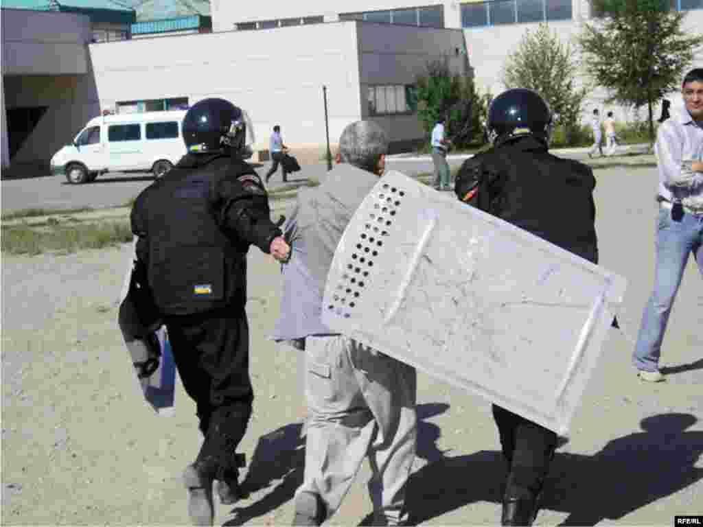 Қарсылық танытқандарды полицейлер ұстап алып кетті.