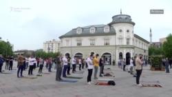 Klanjanje na trgu u centru Prištine