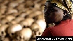 یک زن رواندایی در محل یادواره قربانیان نسلکشی ۱۹۹۴