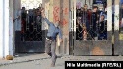محتج في محيط المدينة الجامعةة للازهر يقذف قوات الامن بالحجارة