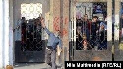 Каирдегі әл-Азхар университетінің студенттері мен полиция арасындағы қақтығыстар. Каир, 27 желтоқсан 2013 жыл.