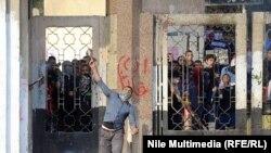 طالب امام المدينة الجامعية للازهر يرمي بالحجارة على الشرطة