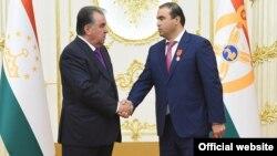 Президент Таджикистана Эмомали Рахмон после вручения ордена своему зятю Шамсулло Сохибову (справа).