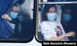 Евакуйовані з Китаю в одному з автобусів під час виїзду з Міжнародного аеропорту Харкова, 20 лютого 2020 року