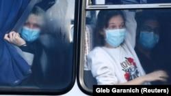 Евакуйовані з Китаю люди в одному з автобусів під час виїзду з Міжнародного аеропорту Харкова, 20 лютого 2020 року