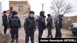 Сотрудники полиции на месте обыска