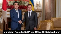 Japanese Prime Minister Shinzo Abe (left) and Ukrainian President Volodymyr Zelenskiy in Tokyo on October 21.
