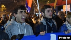 Оппозиция жақтастары референдум нәтижесіне наразылық танытып тұр. Ереван, 7 желтоқсан 2015 жыл.