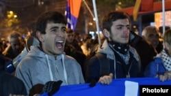 Сторонники армянской оппозиции проводят демонстрацию в Ереване. 7 декабря 2015 года.