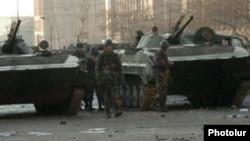 Զինվորականները Երևանի կենտրոնական փողոցներից մեկում: 2-ը մարտի, 2008 թ․
