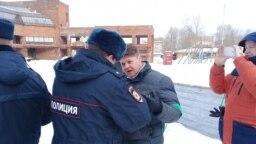 Полиция в Череповце требует от Григория Винтера (в центре) прекратить акции в защиту Пуловского леса