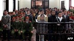 Идет оглашение приговора по делу активистов, обвиненных в заговоре против коммунистических властей Вьетнама. Винх, 9 января 2013 года.