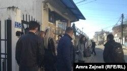Qytetarët duke pritur pran ambasadës së Hungarisë në Prishtinë