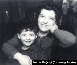 Малы Ільля з мамай. Смаргоні, 1947 год