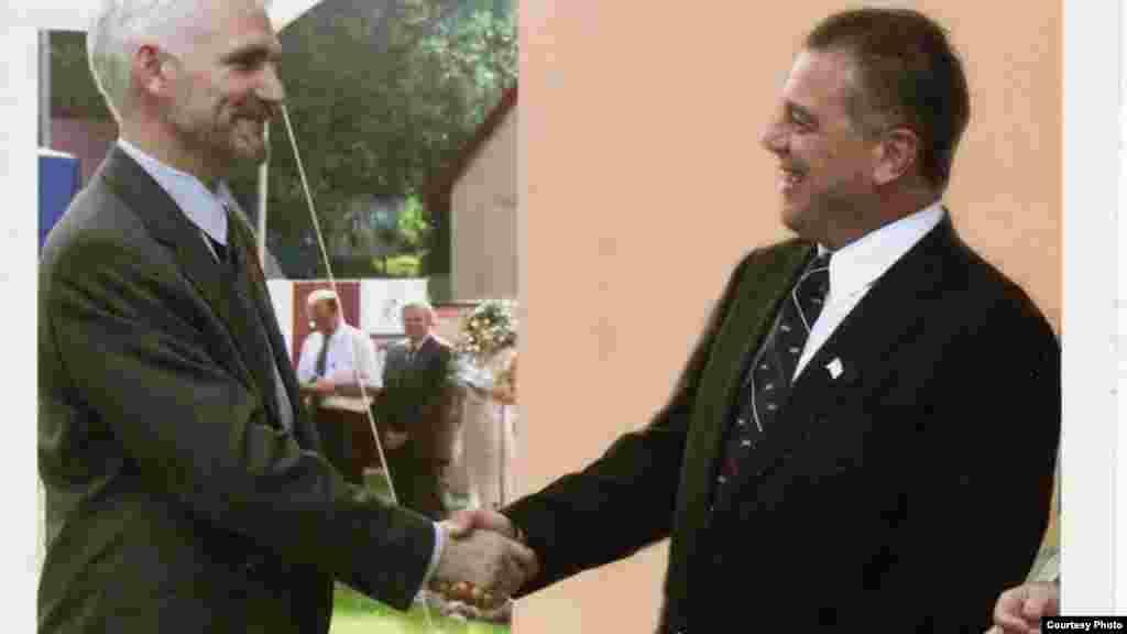 Алесь Бяляцкі і амбасадар ЗША ў Менску Майкл Козак. Менск, 2001 г.