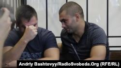 Андрій Ярошенко (п) на одному з попередніх засідань суду в справі про напад на журналістів, 6 серпня 2013 року