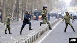 نیروهای ضد شورش پلیس ایران در جریان اعتراضات سال ۸۸؛ در آن اعتراضات هزاران نفر از روزنامهنگاران، فعالان سیاسی و مردم معترض بازداشت شدند