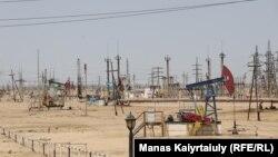 Местные активисты призывают нефтяные компании, которые добывают в регионе черное золото, помочь фермерам, которые страдают из-за небывалой засухи. На фото — производственная площадка предприятия «Озенмунайгаз», дочерней организации национальной нефтяной компании «КазМунайГаз»
