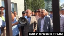 Омурбек Текебаев и Дуйшонкул Чотонов на выходе из Первомайского райсуда Бишкека. 29 августа 2019 года.