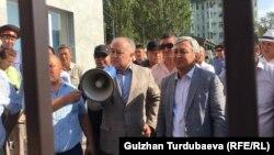 Омурбек Текебаев и Дуйшонкул Чотонов после судебного заседания, на котором их выпустили под домашний арест. Август 2019 года.