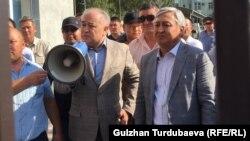 Омурбек Текебаев и Дуйшонкул Чотонов после заседания суда. 29 августа 2019 года.