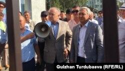 Омурбек Текебаев и Дуйшонкул Чотонов на выходе из здания Первомайского райсуда Бишкека. 29 августа 2019 года.