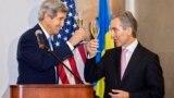 John Kerry și Iurie Leancă ciocnind un pahar de vin moldovenesc la Cricova.