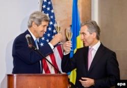 """Secretarul de stat american, John Kerry, şi premierul Iurie Leancă la lansarea brand-ului """"Wine of Moldova"""", Cricova, 4 decembrie 2013"""