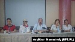 Актер и продюсер Тунгышбай Жаманкулов (в центре) на пресс-конференции. Алматы, 15 июня 2017 года.