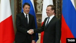 Kryeministri rus, Dmitry Medvedev dhe homologu italian, Matteo Renzi