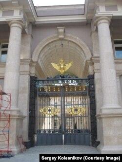 """Ворота """"Дворца Путина"""""""