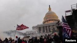 Mbështetësit e ish-presidentit amerikan, Donald Trump, jashtë ndërtesës së Kongresit në Uashington, 6 janar, 2021.