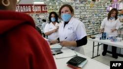 Dijeljenje hirurških maski u Meksiku