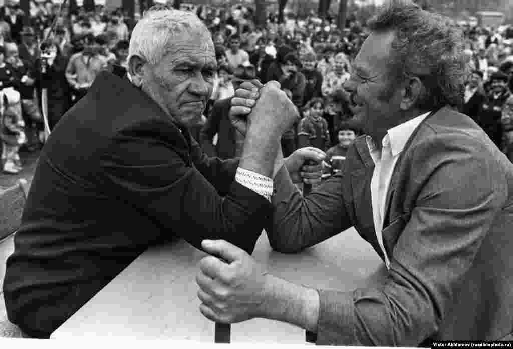 An arm-wrestling contest in the village of Ferzikovo in 1981.