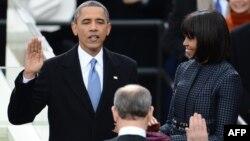 Барак Обама во время принесения присяги