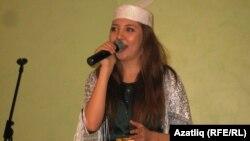 Суфия Закирова җырлый