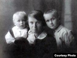 Ларыса Гарэцкая з сынамі Радзімам і Ўсяславам. Менск, 21 верасьня 1930 г.