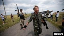 Озброєні сепаратисти на місці падіння «Боїнга», Донецька область, 22 липня 2014 року