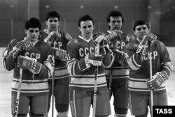 1988-й год, первая пятерка олимпийской сборной СССР по хоккею. Слева направо: Сергей Макаров, Алексей Касатонов, Игорь Ларионов, Вячеслав Фетисов, Владимир Крутов
