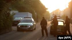 Germaniýanyň ýöriteleşdirilen polisiýasy 27 ýaşly siriýaly migrantyň ýaşan bosgunlar lageriniň golaýynda köçäni böwetledi, Ansbah, 25-nji iýul, 2016.