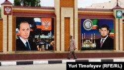 Грозный көшесіндегі Рамзан Қадыров пен Владимир Путиннің портреттері.