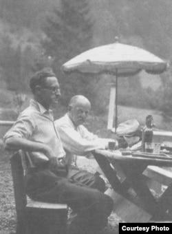Игорь Кривошеин (слева) и Владимир Костицын, 1947