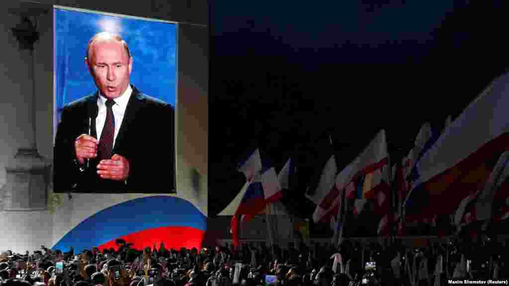 Президент России Владимир Путин выступил перед аудиторией во время митинга в Севастополе, посвященного четвертой годовщине аннексии Крыма Россией