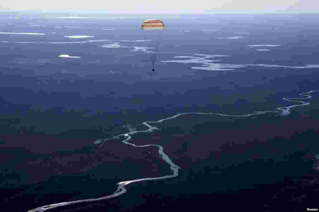 """რუსული კოსმოსური ხომალდი """"Soyuz MS-02""""-ის კაფსულა, რომელშიც საერთაშორისო კოსმოსური სადგურის წევრები იმყოფებიან, ყაზახეთის ტერიტორიაზე ეშვება. (REUTERS/Kirill Kudryavtsev/Pool)"""