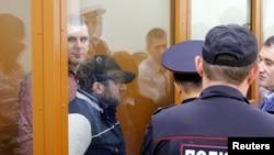 Дел од обвинетите за убиството на Немцов во судницата во Москва.