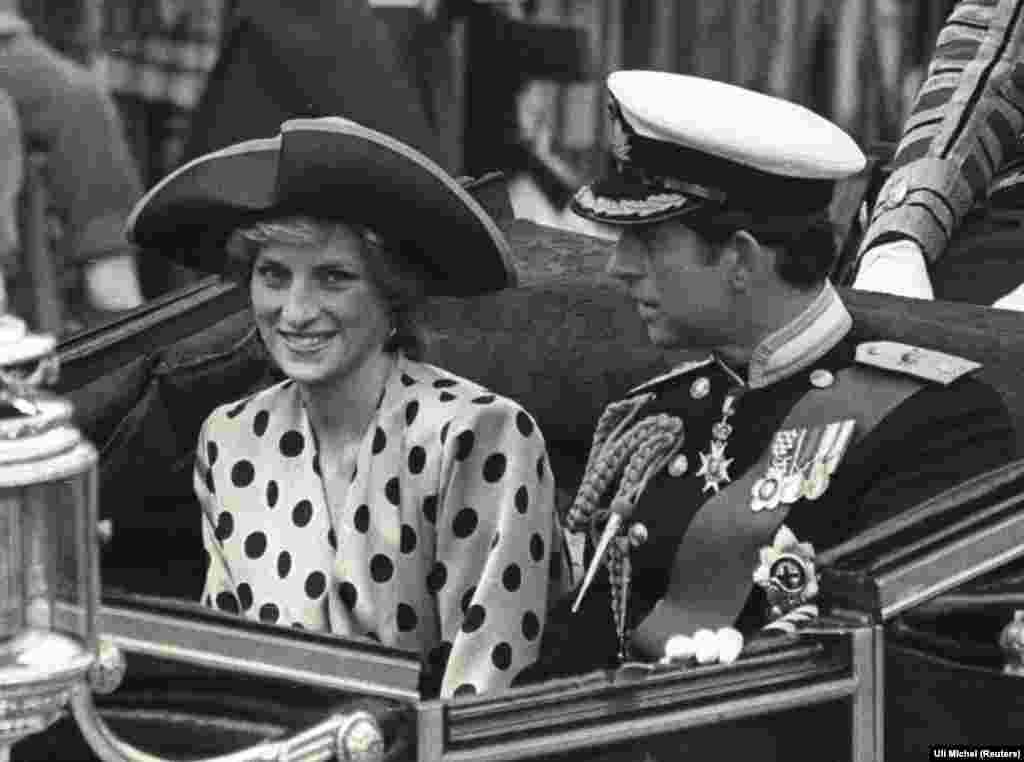 Принцеса Діана та принц Чарльз у відкритій кареті на шляху з Букінгемського палацу до Вестмінстерського абатства, 23 липня 1986 року.