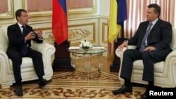 Президент України Віктор Янукович і російський прем'єр-міністр Дмитро Медведєва під час ділової зустрічі у Києві, 27 червня 2012 року